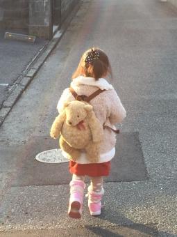 冬 泣かない 幼稚園 娘 孫 ポニーテール 後ろ姿 歩く スカート ブーツ くまさん リュック ピンク アカ 子供 子ども 夕陽 夕日 散歩 おんぶ おしゃれ ママ お母さん譲り アスファルト お気に入り 少女 見守る シュシュ はじめてのおつかい ひとりごと クマさん リュックサック 女の子