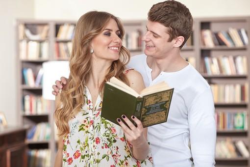 人物 外国人 外人 カップル 恋人  夫婦 大人 男女 20代 30代   モデル 生活 暮らし 屋内 室内   部屋 本 本棚 図書室 書斎  読書 読む 寄り添う 上半身  愛 LOVE 幸せ 幸福 ラブラブ ハッピー 見つめ合う mdfm059 mdff103