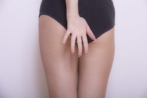 体 人体 生き物 生物 人間 モデル 女性 外国人 異国 整った 若い アップ パーツ 部分 ヌード 裸 下腹部 デリケートゾーン 足 太もも お尻 ヒップ  影 ライン 手 アンダーウェア