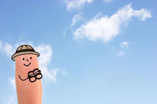 イラスト 合成 指 1本 手 絵 アート 顔 笑顔 スマイル 擬人化 旅行 お出かけ かわいい キュート ポップ 指人形  男の子 男性 探検 冒険 双眼鏡 望遠鏡 バケーション バカンス デザイン 背景 空 スカイ 雲 スカイブルー 青 水色 CG