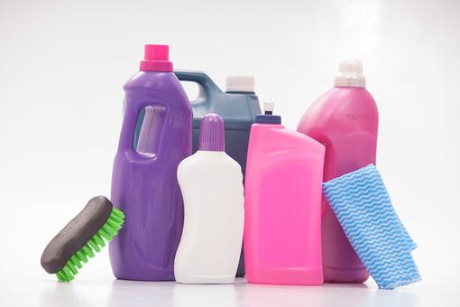 生活 暮らし 家 家庭 住宅 掃除 清掃 ハウスクリーニング ハウスキーピング 屋内 室内 白背景 白バック 掃除道具 掃除用品 家庭用品 洗剤 液体 ボトル 磨く 汚れ ブラシ ふきん 布巾 雑巾 ぞうきん  家事 たわし