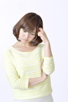 人物 女性 女の子 若い 若者   20代 日本人 屋内 スタジオ撮影 白バック   白背景 ジェスチャー 仕草 かわいい 可愛い ポーズ 悩む 悩み 心配 気がかり 迷い 迷う 考える 考え事 不安 頭を抱える 沈痛 疑問 mdjf003