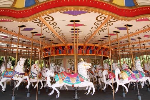 メリーゴーランド 馬 木馬 乗り物 回転木馬 遊具 遊園地 公園 風景 遊び 楽しい 遊ぶ 回転 カラフル 回る アミューズメントパーク レジャー アミューズメント パーク レジャー施設 メルヘン 施設 白 白馬 無人 人物なし アップ 屋外 昼間 明るい ゆっくり 休日 アトラクション テーマパーク