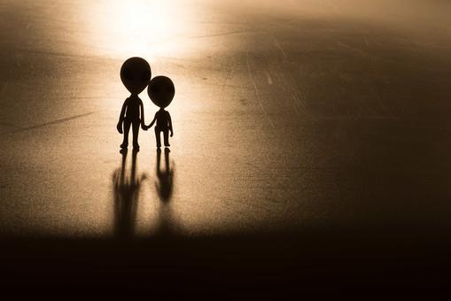シルエット モノクロ セピア 影 夕方 明け方 2人 二人 親子 家族 兄弟 姉妹 複数 ねんど 粘土 クレイ クレイドール クレイアート 人形 立体 クラフト スペース コスモ 火星人 宇宙 宇宙人 宇宙船 エリア51 エイリアン インベーダー 未来 未知との遭遇 未確認飛行物体 未確認生物 ユーマ 地球外生命体 SF UFO 円盤 科学 ファンタジー デフォルメ 雑貨 かわいい かわいらしい 柔らかい ユーモラス 星 惑星