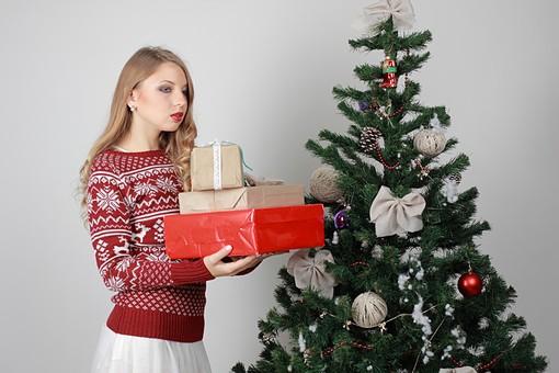 白バック 白背景 グレーバック 外国人 白人 金髪 ブロンド 20代 30代 女性 セーター ニット ノルディック柄 スカート クリスマス Christmas X'mas クリスマスツリー ツリー モミ もみの木 樅の木 モミの木 飾り オーナメント ボール リボン ブーツ 松ぼっくり 立つ プレゼント 箱 ボックス 贈り物 BOX 持つ 重ねる mdff129