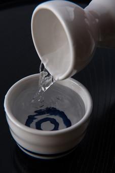 飲物 酒 サケ 日本酒 清酒 お猪口 猪口 燗 アルコール 和 日本 陶器 飲酒 注ぐ 熱燗 ぐい飲み 大吟醸 米 水 おちょこ 徳利 とっくり 伝統 酒造 祝杯 杯