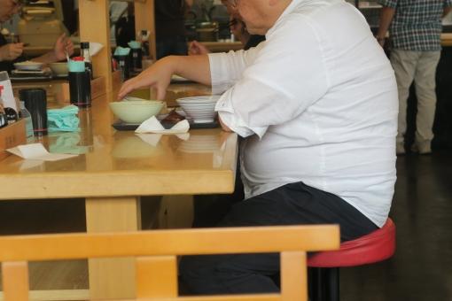 肥満 太る 男性 オトコ 男 中年 運動 運動不足 血圧 コレステロール 高脂血症 健康 不健康 年配 食事 食事制限 満腹 過食 食べる 大量 腹 暴飲暴食 大食 食堂 寿命 短命 病気