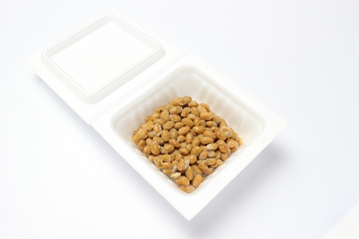 納豆 食べ物 健康 栄養 美容 ダイエット ネバネバ 食品 料理 献立 豆 大豆 大豆製品 たんぱく質 タンパク質 蛋白質 カロリー 食事 パック 白背景 白バック