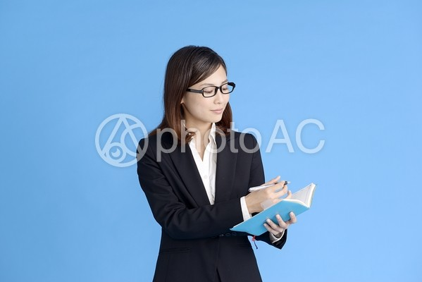 メモを取る女性5の写真