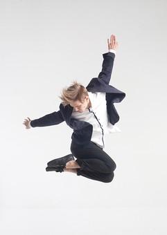 ダンス ダンサー ポーズ 体勢 姿勢 体位 ステップ 踊る 踊り 運動 スポーツ 振り付け 振付 振り 男性 男 外国人 金髪 若い 全身 手 腕 上げる 後ろ 腕を振る 足 脚 曲げる 飛ぶ ジャンプ 跳躍 俯く 背景 白 ホワイト 接写 クローズアップ mdfm074