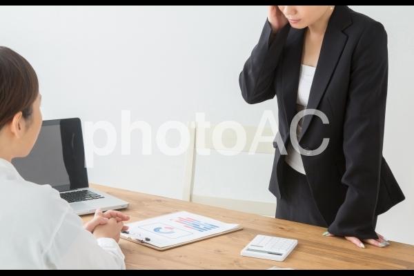 あきれる女性の写真