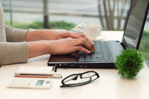 パソコン操作する女性の手元の写真