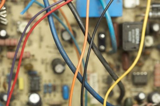 部品 パーツ 配線 カラフル 回路 コード 時限爆弾 テレビゲーム 電源 技術 線 基盤 赤 黄 青 黒 オレンジ  拡大 アップ ぼけ たこ足配線 複雑 DIY エンジニア 技術 電子基板