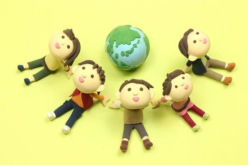 クレイ クレイアート クレイドール ねんど 粘土 クラフト 人形 アート 立体イラスト 粘土作品 かわいい 地球 地球儀 環境 エコ エコロジー 自然 温暖化 社会問題 環境 環境問題 惑星 天体 グローバル 世界 ワールド 人物 仲間 友達 ともだち 友人 クラスメイト 座る 見上げる 笑顔 学生 大学生 高校生 小学生 遊ぶ 子ども こども コミュニケーション 仲良し 楽しい 明るい