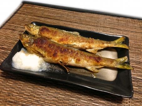 あゆの塩焼き アユの塩焼き 鮎の塩焼き 焼き魚 川魚 魚料理 焼き物 和食 日本食 日本料理 食べ物 食品 食材 食器 料理 調理 gourmet グルメ 食事 食卓 食事の風景 食卓の風景 淡水魚 型抜き 白抜き