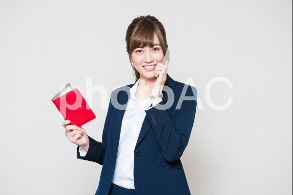 電話をする女性社員5の写真