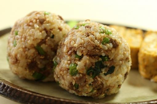 玄米 おにぎり 牛肉 牛肉そぼろ そぼろ たまご 玉子焼き お昼ごはん 昼食 玄米菜食 和食 おむすび 健康 雑穀 ダイエット 便秘