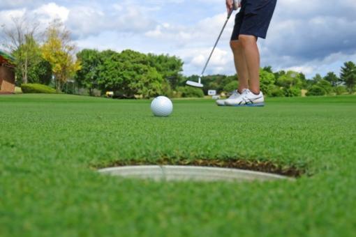 ゴルフ場 練習場 芝生 屋外 ゴルフ 芝の上 夏 青天 打ちっ放し場 ゴルフコース 自然 風景 パター練習場 パター パター練習 グリーン カップ パタ練 ベント ベントグリーン
