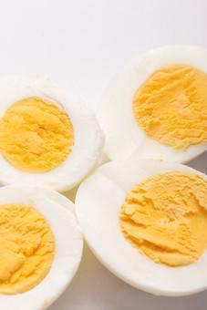 たまご 卵 玉子 タマゴ エッグ 卵色 料理 食べ物 食材 食料 物撮り 屋内 人物なし 上から視線 レシピ 鶏 にわとり ニワトリ ボイル ゆで卵 半分 半割り 黄身 白身 白バック 床 白 黄 4切れ
