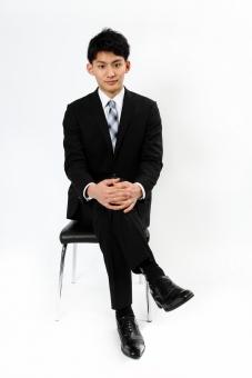 人物 生物 人間 男性 若い 青年 アジア アジア人 日本 日本人 ポーズ モデル スーツ ジャケット ビジネス 就活 フォーマル 全身 座る イス 腰掛ける 正面 リラックス 足 足を組む mdjm002
