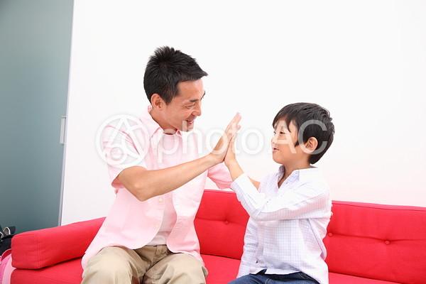 手を合わす親子1の写真