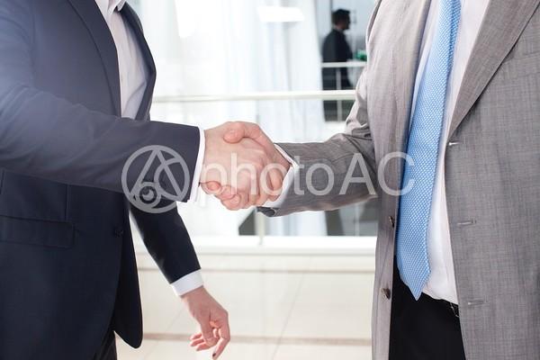 握手をするビジネスマン1の写真