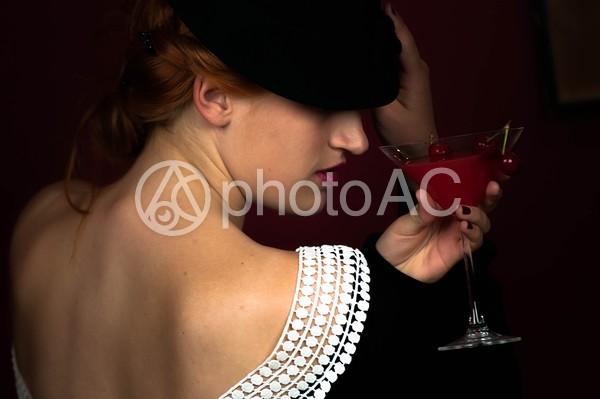 一人でカクテルを飲む外国人女性4の写真