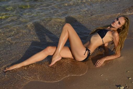 人物 女性 若い 若者 20代  外国人 外人 外国人女性 外人女性 モデル 水着  ビキニ ロングヘアー セクシー 屋外 外  外国 海外 レジャー バカンス リゾート  休暇 夏 海 ビーチ 浜辺 波打ち際 寝そべる ポーズ  美脚 脚線美