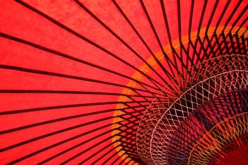 野点傘 野点 傘 赤 赤色 野だて傘 風景 黄色 カラフル 屋外 茶会 お茶会 お茶 お茶席 茶席 和傘 和 和風 文化 伝統 模様 パターン 竹 竹材 木材 紙 和紙 庭園 日本 糸 紐 工芸 工芸品 アップ 一面 質感 テクスチャ テクスチャー 背景 バックグラウンド 明るい 逆光
