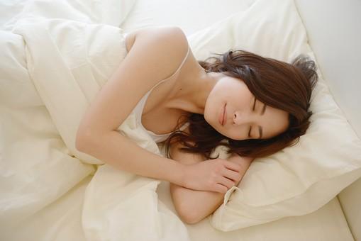 日本人 女性 女 30代 アラサー ライフスタイル 部屋 ベッドルーム 寝室 室内 ポーズ キャミ キャミソール 部屋着 ナチュラル ミディアムヘア ベッド 布団  朝 早朝 モーニング 二度寝 寝坊 睡眠 眠る ゆっくり 休日 休み 寝顔 mdjf013