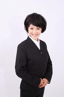 サラリーマン 女 女性 会社員 若者 女子  スーツ 部下 営業 OL 社会人 ビジネス 人物 社員 日本人 20代 仕事 カツラ かつら ウィッグ 笑顔 スマイル 挨拶 会釈 にこやか スタジオ 白バック 白背景 mdjf028