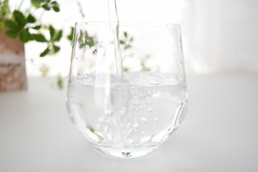 グラス ガラス コップ 水 みず ウォーター 透明 半透明 白 ホワイト しろ 緑 みどり グリーン 爽やか さわやか 夏 なつ サマー 向こう側 水滴 遠近 近い 接近 接写 上 光 ひかり 明るい 涼しげ 涼しい 冷たい 飲み物 飲む 入れる 注ぐ そそぐ 空気 なみなみ 注がれる 食器 カップ 壁紙 背景 テクスチャ テクスチャー 素材 イメージ バックグラウンド バックグランド エコ eco 季節 表現 泡 あわ ぶくぶく ブクブク 気泡 泡立つ ジョボジョボ 濡れる 水しぶき 水泡 少なめ 半分