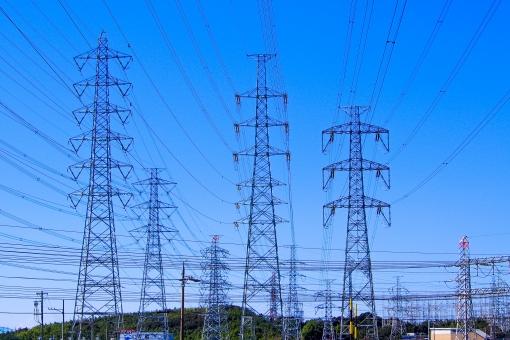 鉄塔 鉄筋ジャングル 発電所 送電線 電気 エネルギー 聳え立つ 巨大 巨人 青空 ワイヤー 情報 情報網 電波 電気網 電力自由化 電力 供給 エレキ 電磁波 張り巡らされた