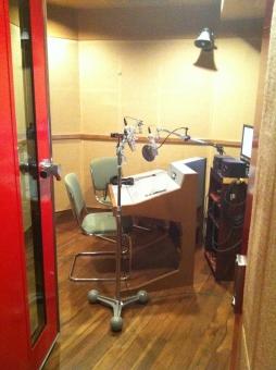 収録 収録現場 声優 撮影 スタジオ 音楽スタジオ マイク 防音室 音楽 録音 スピーカー 声 音声 コンデンサーマイク 収録機材 ラジオ 仕事