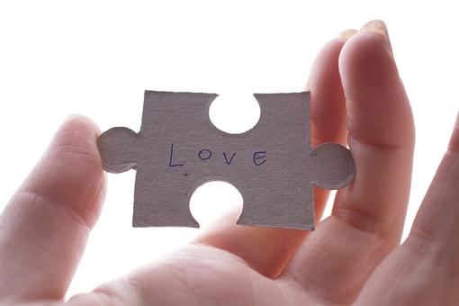 白背景 白バック 背景 白 パズル ピース パーツ 1つ 1個 1枚 1ピース 白いパズル 単語 英語 メッセージ love 好き 愛 愛してる ワード キーワード 伝える 青いペン 青ペン 手書き 文字 手 持つ 親指 中指