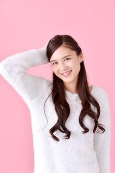 人物 女性 日本人 若者 若い  20代 美人 かわいい ロングヘア カジュアル  ラフ 私服 セーター ニット 屋内  スタジオ撮影 背景 ピンク ピンクバック ポーズ  おすすめ 上半身 照れる 照れ笑い 恥ずかしい ドジ 失敗 頭をかく 笑顔 mdjf007
