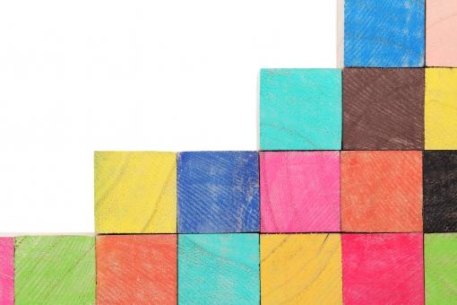 積み木 積木 つみ木 積む 木 木材 材木 木目 立体 キューブ 階段 段 段差 カラー 色 カラフル 色とりどり おもちゃ 木片 ブロック 質感 背景 素材 天然素材 自然 間伐材 テクスチャ テクスチャー 模様 パターン 断面 小物 置物 四角 形 四角形 正方形 新しい 白バック 白背景 余白 コピースペース 無人 人物なし スタジオ スタジオ撮影 イメージ 赤色 黄色 青色 緑色 上がる 上り 上昇