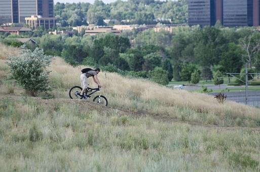 自転車 じてんしゃ サイクリング ロードバイク 男性 人物 スポーツ 運動 乗り物 トレーニング 屋外 サイクルウェア 自然 練習 トライアスロン 植物 景色 広場 タイヤ マウンテンバイク アウトドア 趣味 秋