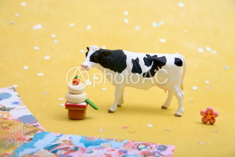 シュライヒフィギュア ホルスタイン 鏡もちと牛の写真