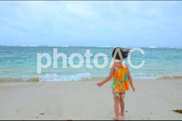 石垣島のビーチに立つ少女の写真