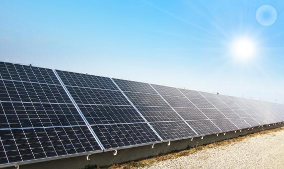 太陽光発電 ソーラーパネル 太陽光パネル ソーラーシステム 電気 電力 日光 発電 太陽電池 エネルギー クリーンエネルギー 自然エネルギー 地球環境 売電  自家発電  省エネ 省エネルギー 晴天 蓄電池 エコロジー 施設 快晴 建造物 建築物 風景 景色 空 青空