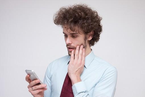 男性 Men 男 男子 外国人 外国人モデル 20代 30代 ビジネスマン サラリーマン スーツ ビジネススーツ 背広 ネクタイ シャツ  白背景 インターネット アプリ SNS ソーシャルネットワーク LINE Twitter Facebook スマホ アプリ 携帯 ケータイ 驚く ビックリ ハンサム スマートフォン mdfm045