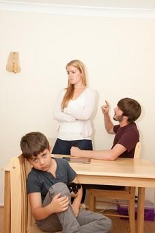 人物 外国人 外人 家族 ファミリー 親子 両親 父親 母親 お父さん お母さん パパ ママ 子供 こども 男の子 夫婦 夫婦げんか 夫婦喧嘩 喧嘩 けんか 口論 争う 怒る 家庭 子供の前 悪影響 部屋 屋内 室内 テーブル 家庭生活 mdmk012 mdff084 mdfm051