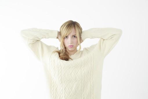 人物 女性 20代 外国人 外人  外国人女性 外人女性 モデル 若い セーター  ニット 私服 カジュアル ポーズ 金髪  ロングヘア 屋内 白バック 白背景 耳を塞ぐ うるさい シャットアウト 雑音 騒音 聞かない うざい 上半身 正面 仕草 mdff045