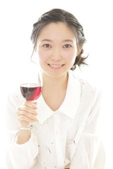 カフェ 喫茶店 コーヒーショップ パーラー  茶房 カフェテリア 飲食店 レストラン 人物 女性 女子 客 女性客 若い 食事 独り 独身 テーブル 着席 飲食 白バック 白背景 ワイン アルコール 酒 グラス コップ 飲み物 日本人  mdjf026