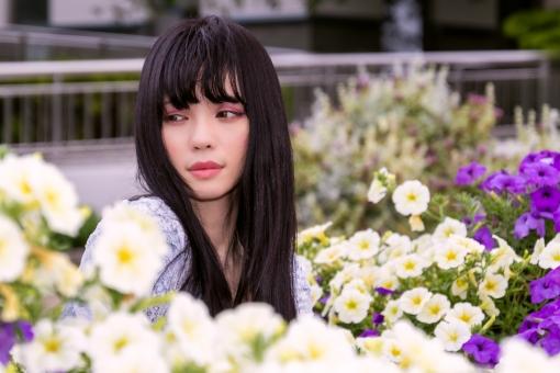 花を観賞する女性の写真