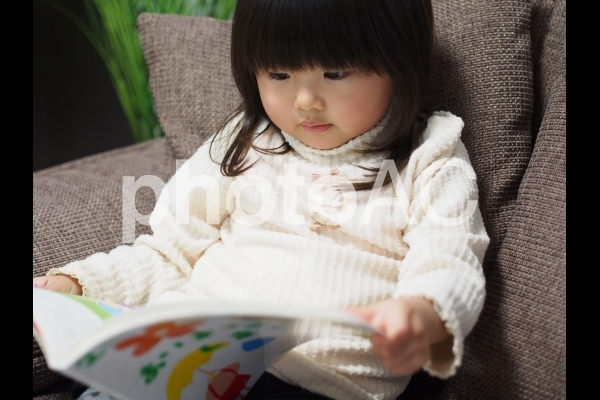本を読む女の子3の写真