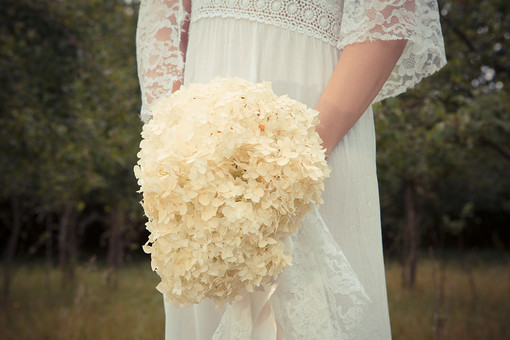 結婚 結婚式 挙式 お祝い マリッジ 幸せ 女性 女の人 人物 花嫁 新婦 ブーケ 花束 白 ホワイト ウェディングドレス ウェディング 模様 刺繍 レース 下半身 木 樹木 森林 林 植物 自然 風景 ポーズ 綺麗 小花 草原 セルビア 外国人