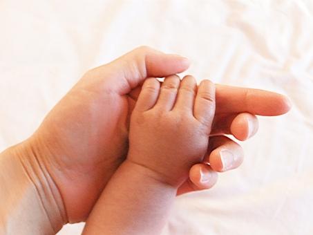 手 赤ちゃん ママ お母さん ベビー 親子 母 マザー ファミリー 白 明るい 柔らか 穏やか 日本人 あたたかい 癒し 指 赤ん坊 あかちゃん 握る ベビ ベイビー 新生児 乳児 乳幼児 生命 誕生 生まれる 産まれる 人物