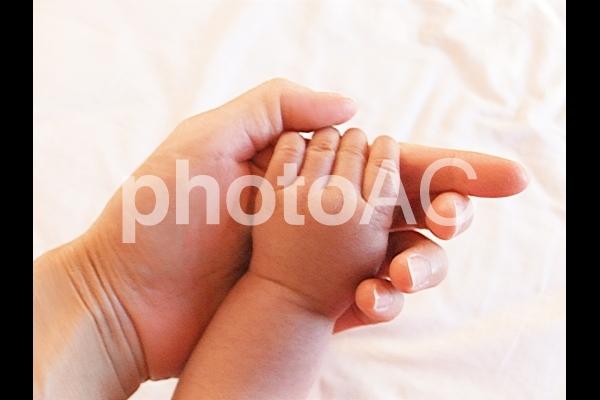 赤ちゃんとママの手の写真